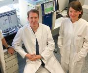 Prof. Dr. Hubert Schorle (links) und Dr. Daniel Nettersheim (Mitte) untersuchen mit der Doktorandin Sina Jostes (rechts) Veränderungen in der Genexpression nach JQ1-Behandlung von Hodenkrebszellen. (© Foto: Simon Schneider / Institut für Pathologie / UKB)