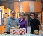 Jesper Boldsen von der Universität Süddänemark erläutert Almut Nebel und Ben Krause-Kyora von der Universität Kiel die Knochenveränderungen