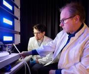 Am Massenspektrometer: Prof. Dr. Waldemar Kolanus (rechts) und Michael Rieck vom Life and Medical Sciences Institut (LIMES) der Universität Bonn. (© Foto: Volker Lannert / Uni Bonn)