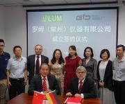 Dr. X. Zhou, Geschäftsführer German Innovation Center (vorn links), Prof. Dr. D. Lerche, Geschäftsführer LUM GmbH (vorn rechts) und weitere Teilnehmer der Gründungszeremonie.