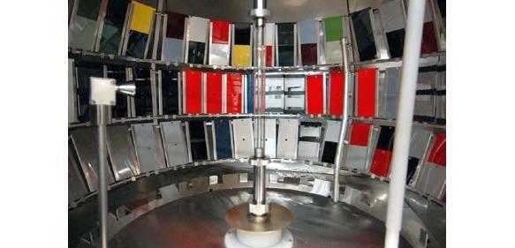 Lacktafeln in einer Bewitterungskammer (Foto: BASF)