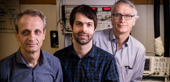 Juraj Darmo, Dominic Bachmann und Karl Unterrainer (von links) im Laserlabor des Photonik Instituts. (Copyright: TU Wien)