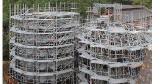 Die Gewächshäuser sind aufgrund der intelliegenten Gerüstkonstruktion während der Bauarbeiten von Innen wie von Außen gut zugänglich. (Abb.: Layher)