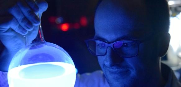 """Stefan Schramm von der Universität Jena ist für seine Forschungen zur Biolumineszenz mit dem """"Marlene DeLuca Award"""" ausgezeichnet worden (Foto: Jan-Peter Kasper/FSU)"""