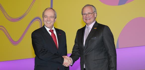 Merck-CEO Kley (links) übergab die Unternehmensführung auf der Hauptversammlung nach neun Jahren an der Spitze an Stefan Oschmann.