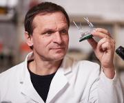 TU-Wissenschaftler Dr. Uwe Marx mit Multi-Organ-Chip