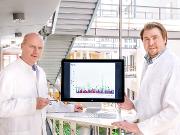 Prof. Dr. Markus Nöthen (links) und Dr. Andreas Forstner mit einem Manhattan-Diagramm