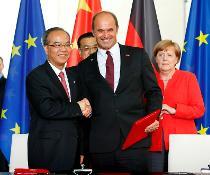 Unterzeichnung der Absichtserklärung in Berlin im Beisein von Bundeskanzlerin Angela Merkel und des chinesischen Ministerpräsidenten Li Keqiang