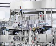 PET-Flaschen-Anlage: Triblock vereint Streckblasmaschine, Etikettierer und Füller bei durchgängigem Neckhandling der PET-Flaschen. (Bild: KHS)