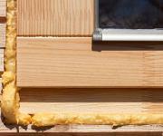 Polyurethanschaum an einem Fenster