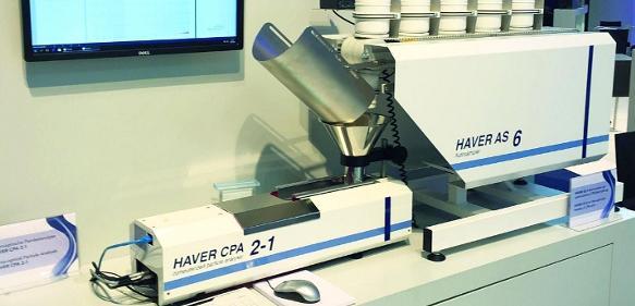 In Kombination: Der Autosampler Haver AS6 (für bis zu sechs Proben) mit dem Laborgerät Haver CPA 2-1 für die dynamische Bildanalyse (Bild: Haver & Boecker OHG).
