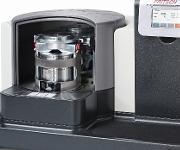 Die Fritsch Planetenmühle Pulverisette 6 premium line verfügt über zwei Mahlstationen. Die Mahlbecher werden motorisch verspannt.