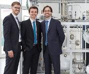 Die Gründer des Spin-offs des KIT INERATEC auf dem Bild von links Tim Böltken, Philipp Engelkamp und Paolo Piermartini entwickeln kompakte, mikrostrukturierte chemische Reaktoren, die Gase in hochwertige flüssige Kraftstoffe umwandeln. (Bild: KIT)