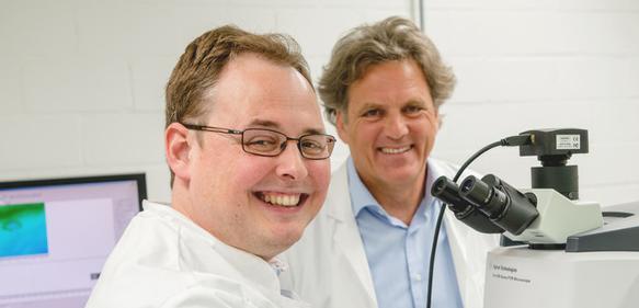 Frederik Großerüschkamp (links) und Klaus Gerwert haben eine Vision umgesetzt, die sie mit ihrem Proteinforschungskonsortium vor Jahren erdachten. (© RUB, Marquard)