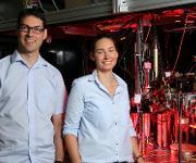 Erstautorin Farina Kindermann und Prof. Artur Widera vor einer Quantengasapparatur zur Beobachtung einzelner Atome. (Bild: TU Kaiserslautern / Thomas Koziel)