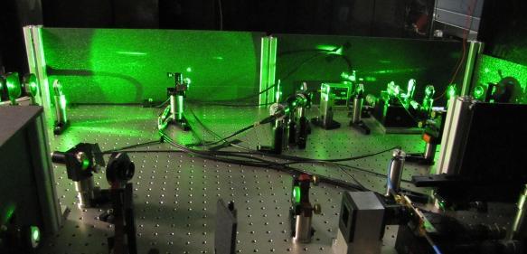 Im Labor am Atominstitut der TU Wien werden die Quantenzustände von Stickstoffatomen mit Mikrowellen manipuliert. (Bild: TU Wien)
