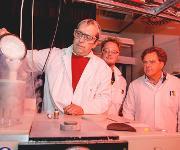 Das Forscherteam Carsten Kötting, Daniel Mann und Klaus Gerwert (von links) bereitet das Messgerät vor. Der Detektor des Spektrometers muss mit flüssigem Stickstoff gekühlt werden.  (© RUB, Marquard)