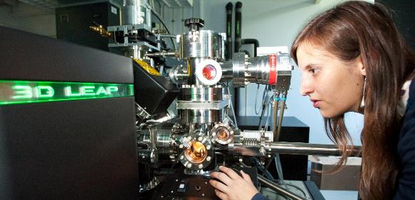 Die Atomsondentomographie zeigt die inneren Strukturen der Materialien bis hin zum einzelnen Atom. Sie wird dabei helfen, die Aussagekraft der neue Röntgentomographie zu überprüfen (Foto: Oliver Dietze).