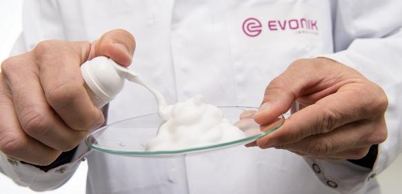 Perfekter Schaum: Schaum signalisiert Reinigung und Pflege für den Verbraucher. Biotenside von Evonik weisen hervorragende Schaumeigenschaften auf.