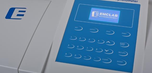 Mit der Erweiterung durch des EMC-18PC-UV bietet EMCLAB Instruments ein neues UV/VIS-Spektrophotometer mit einer Bandbreite von 2 nm an.