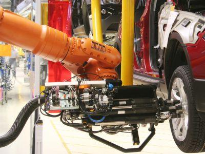 Mehrfachschrauber: Knickarm-Roboter montiert Räder im Fließbetrieb