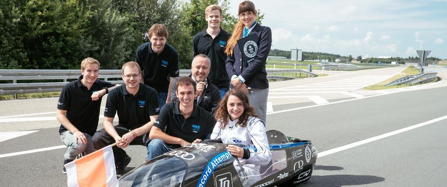 TUfast Eco Team mit der Prüferin von Guinness World Records