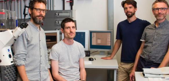 Mario Brameshuber, Benedikt Rossboth, Florian Baumgart und Gerhard Schütz im Labor mit Mikroskop