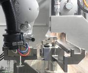 Kuka-Roboter führt das Werkstück