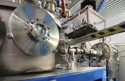 Kraftvolles Duo: Mit Laser erzeugter Ionenstrahl in Beschleunigerstruktur eingekoppelt