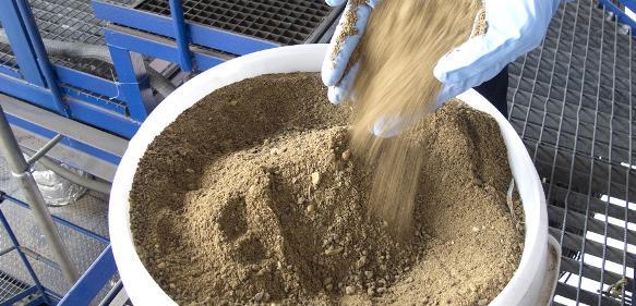 Phosphor ist ein weltweit knapper Rohstoff, der etwa für Düngemittel benötigt wird. Tiermehl enthält Phosphor. Mit einem neuen Verfahren lässt sich die Ressource deutlich effizienter nutzen. (© Fraunhofer IFF)