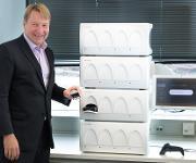 Tuomas Tenkanen (CEO Mobidiag) und das vollautomatische System Novodiag®