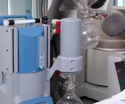Der Chemie-Vakuumpumpstand PC 3001 Variopro von Vacuubrand ermöglicht kurze Prozessdauer, niedrige Betriebskosten sowie einfache Bedienung.