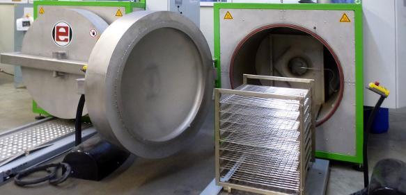 Vakuum-Temperöfen können die Silikon-Nachbehandlung kostengünstiger und sicherer machen. (Bild: Eberl)