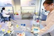 Zum Titelbild: Die automatische, motorische Nivellierung von Laborwaagen - eine lang herbeigesehnte Lösung für die Labore der Pharmaindustrie