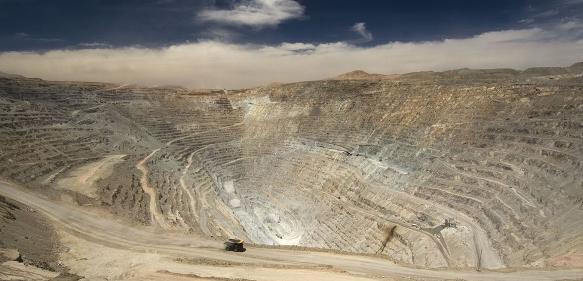 Hier warten noch zwei Milliarden Tonnen Kupfererz auf die Förderung: Chuquicamata-Mine in Chile. (Foto: ABB)