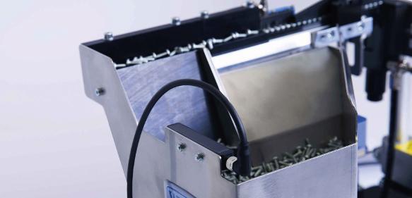 Ultraschallsensor UST Q12 von Di-Soric am Stufenförderer
