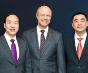 Akteure beim Eigentümerwechsel der Kraussmaffei Gruppe (v.l.): Ting Cai, Chairman und CEO der China National Chemical Equipment (CNCE), Frank Stieler, CEO der Kraussmaffei Gruppe, und Chen Junwei, CEO von Chemchina Finance. (Bild: Kraussmaffei)