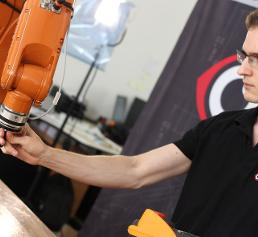 """Per Handführung wird dem Roboter beigebracht """"wo es lang geht"""""""