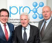 Klaus-Uwe Reiß (links) löst Manfred Zorn als Vorstandsvorsitzender von Pro-K ab, rechts Verbandsgeschäftsführer Ralf Olsen. (Bild: Pro-K)