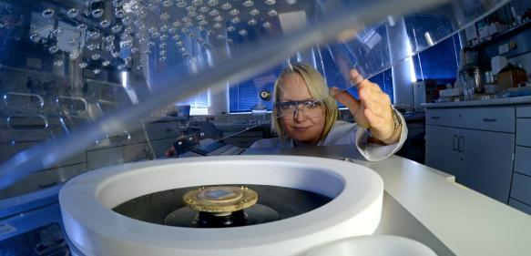 Mitarbeiterin der TU Chemnitz beim Beschichten von Metallsubstraten mit nanostrukturierten organisch-anorganischen Hybridmaterialien via Zwillingspolymerisation am Spin Coater. (Bild: TUC, Hendrik Schmidt)