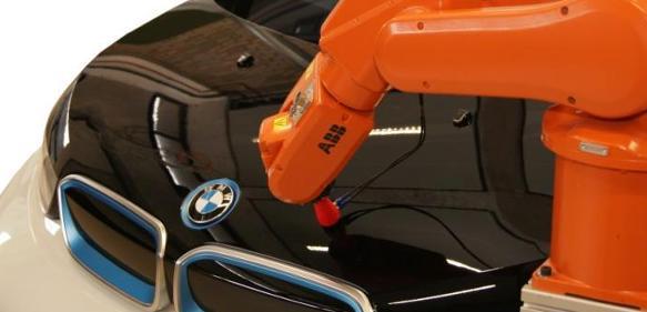 Einsatz faserverstärkter Kunststoffe in der Großserie bleibt eines der Themen der Automobilindustrie. (Bild: IKT)