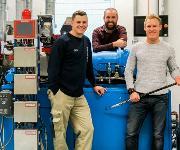 Verantwortlicher für die Materialprüfung Patrik Jönsson zusammen mit Laborleiter Karl Banke und dem Leiter RuD, Henrik Eriksson. (Bild: Polykemi)