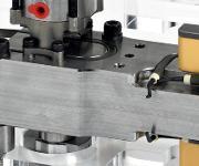 Neue Druckplatte: Die Komponente besteht aus einem Material mit geringer Wärmeleitfähigkeit. Es vermindert die Plattendurchbiegung und sichert ein homogenes Temperaturprofil im gesamten Heißkanalsystem. (Bilder: HRS Fow)
