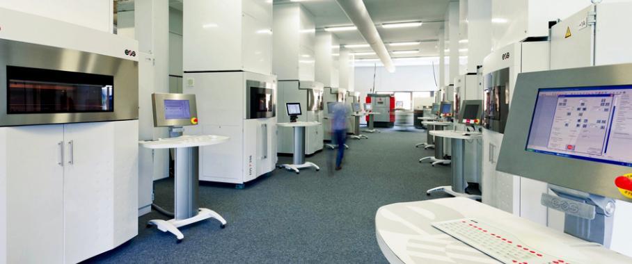 In der Lasersinter-Fabrik von FKM fertigen mehr als 30 Lasersinteranlagen rund um die Uhr Prototypen, Serien- und Ersatzteile aus technischen Kunststoffen und Metallen. (Bild: FKM)