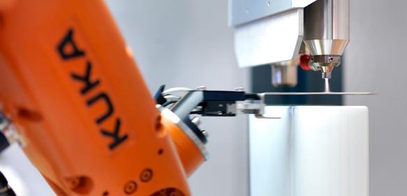 Der präzise Bewegungsablauf des Roboters und die ortselektive Plasmabehandlung werden von eng kommunizierenden Prozessoren gesteuert. (Bild: Plasmatreat)