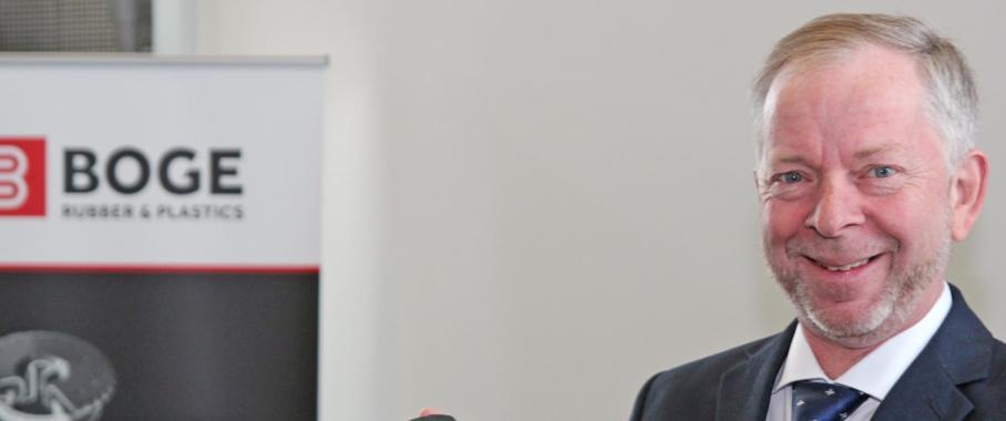 Torsten Bremer präsentiert eine elastomerische Gelenkkupplung für den Fahrzeugbau und stationären Anwendungen. (Bild: Daniel Meier)