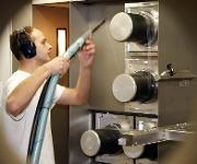 Biokunststoff als Matrixpolymer für schaltende Garne: TITK-Mitarbeiter mit Multifilament-Strang an einer Schmelzspinnanlage (Quelle: TITK)