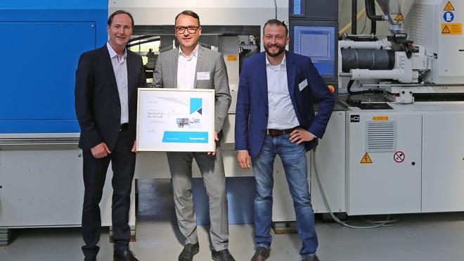 Übergabe einer vollelektrischen Spritzgießmaschine an das Institut für Kunststofftechnik Darmstadt.