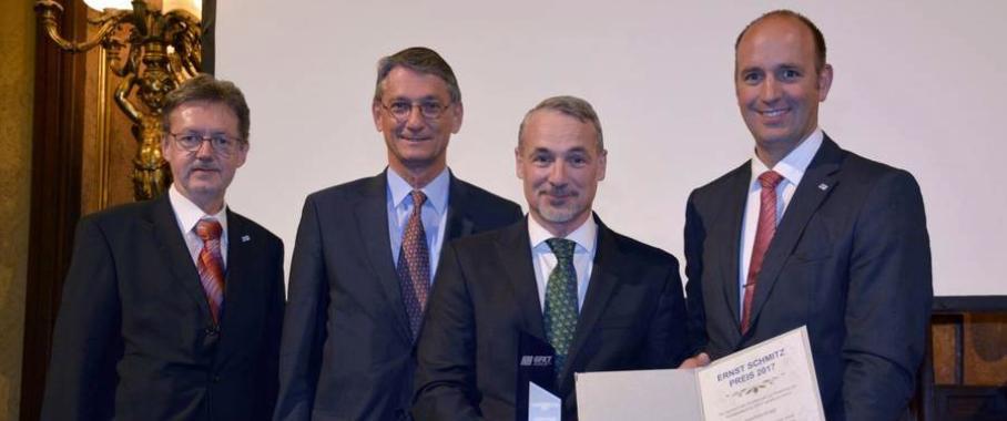 Von links: Karl Reischer, Direktor des TGM, Michael Pöcksteiner, Präsident des VÖK, Preisträger Joachim Kragl und Klemens Reitinger, Geschäftsführer der GFKT und Abteilungsvorstand Kunststofftechnik am TGM. (Bild: VÖK/GFKT)