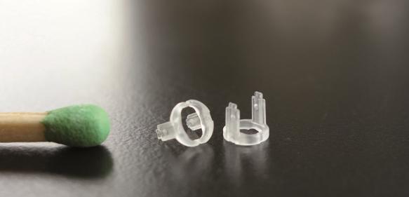 Mit nur 0,007 Gramm Gewicht entsteht dieser Lagerkäfig in einem Heißkanalwerkzeug. (Bild: Heitec)